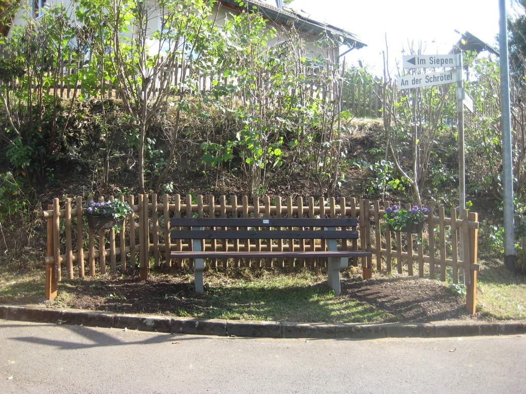 Blick durch die pergola auf eine hübsche bank im rose garden auf